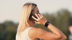 Mulher feliz que fala no telefone filme