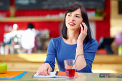 Mulher feliz que fala no telefone celular foto de stock
