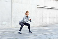 Mulher feliz que faz ocupas e que exercita fora Fotografia de Stock