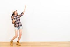 Mulher feliz que faz um gesto do vencedor da vitória Imagens de Stock