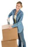 Mulher feliz que grava caixas de cartão imagens de stock