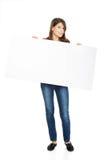 Mulher feliz que guarda a bandeira vazia Imagem de Stock