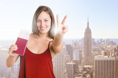 Mulher feliz que guarda bilhetes lisos Imagem de Stock