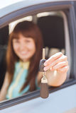 Mulher feliz que guarda a chave do carro Fotos de Stock Royalty Free