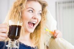 Mulher feliz que guarda a escova de dentes e o café Fotos de Stock