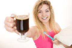 Mulher feliz que guarda a escova de dentes e o café Fotografia de Stock