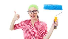 Mulher feliz que guarda a escova de pintura Foto de Stock Royalty Free