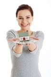 Mulher feliz que guarda o modelo e as notas de dólar da casa Foto de Stock Royalty Free