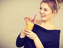 Mulher feliz que guarda o suco de laranja fresco fotos de stock