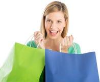 Mulher feliz que guarda sacos de compras imagens de stock