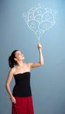Mulher feliz que guarda a tiragem de sorriso dos balões Fotografia de Stock Royalty Free