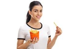 Mulher feliz que guarda um saco das fritadas Foto de Stock Royalty Free