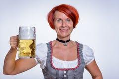 Mulher feliz que guarda uma caneca de cerveja fria Imagem de Stock Royalty Free