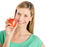 Mulher feliz que guardara Apple fresco fotografia de stock royalty free
