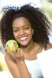 Mulher feliz que guardara Apple verde Imagens de Stock Royalty Free