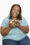 Mulher feliz que guardara a bacia de salada de fruto Imagem de Stock