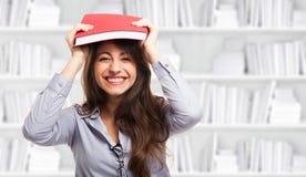 Mulher feliz que guardara um livro fotografia de stock