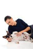 Mulher que joga o animal de estimação Fotografia de Stock