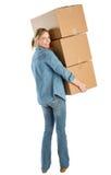 Mulher feliz que leva caixas de cartão empilhadas foto de stock