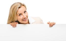 Mulher feliz que mantém o sorriso do cartaz isolado no fundo branco fotos de stock royalty free