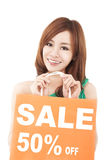 Mulher feliz que mostra o saco de compras Foto de Stock Royalty Free