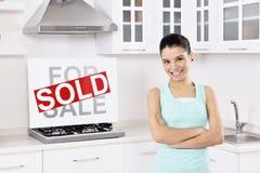 Mulher feliz que move-se em uma casa nova fotografia de stock