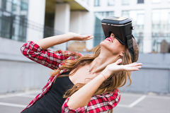 Mulher feliz que obtém a experiência usando vidros dos auriculares de VR do muito exterior da realidade virtual mãos gesticulando imagens de stock