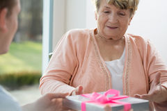 Mulher feliz que obtém um presente fotos de stock