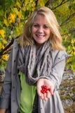 Mulher feliz que oferece o lingonberry Fotos de Stock