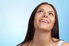 Mulher feliz que olha acima fotografia de stock
