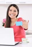 Mulher feliz que olha para trás com portátil fotografia de stock