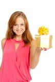 Mulher feliz que prende uma caixa de presente fotos de stock