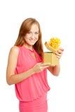 Mulher feliz que prende uma caixa de presente fotografia de stock royalty free