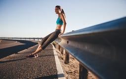 Mulher feliz que relaxa após uma corrida da manhã Fotos de Stock Royalty Free