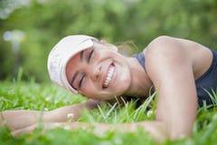 Mulher feliz que relaxa na natureza fotografia de stock