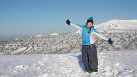 Mulher feliz que salta em montanhas do inverno, natureza de apreciação fêmea ativa, Fotografia de Stock