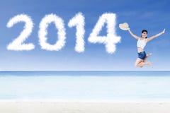 Mulher feliz que salta na praia Imagem de Stock Royalty Free