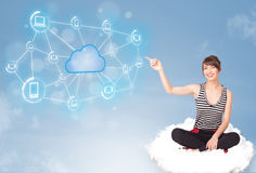 Mulher feliz que senta-se na nuvem com computação da nuvem Fotografia de Stock Royalty Free