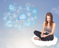 Mulher feliz que senta-se na nuvem com computação da nuvem Fotos de Stock Royalty Free