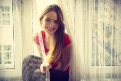 Mulher feliz que senta-se na soleira, manhã de energização Imagem de Stock Royalty Free