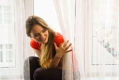 Mulher feliz que senta-se na soleira, manhã de energização Foto de Stock Royalty Free