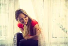 Mulher feliz que senta-se na soleira, manhã de energização Imagens de Stock