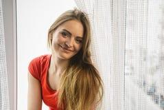 Mulher feliz que senta-se na soleira, manhã de energização Imagens de Stock Royalty Free
