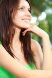 Mulher feliz que senta-se sob a face do close up da árvore fotos de stock royalty free