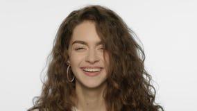 Mulher feliz que sorri na câmera Face de riso da mulher Riso feliz da menina video estoque