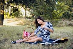 Mulher feliz que sorri na natureza e que relaxa imagens de stock