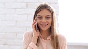 Mulher feliz que tem a discussão saudável no telefone Imagens de Stock Royalty Free