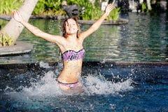 Mulher feliz que tem o divertimento na associação Fotografia de Stock Royalty Free