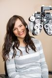 Mulher feliz que tem o exame de olho Fotografia de Stock Royalty Free