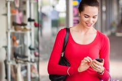 Mulher feliz que texting no telefone celular imagens de stock royalty free